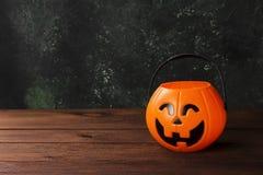 甜点的装饰南瓜为在黑暗的背景的万圣夜 库存图片
