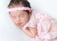 甜点睡觉的新出生的婴孩 图库摄影