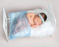 甜点睡觉的新出生的婴孩 免版税库存照片