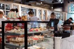 甜点陈列室在咖啡馆的 免版税库存图片