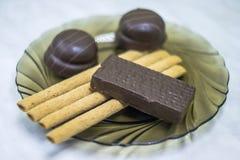 甜点,在板材的酥皮点心 奶蛋烘饼,甜棍子蛋白牛奶酥 免版税图库摄影