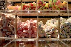 甜点,婴孩甜点,夜农贸市场食物选择聚焦的很多五颜六色的糖果商店 免版税库存图片