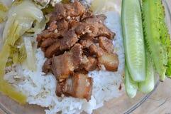 甜猪肉和煮沸的泡菜与剁碎在米的猪肉 图库摄影