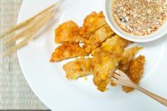 甜玉米油炸馅饼,在一块白色板材的酥脆油煎的玉米在竹子 免版税图库摄影