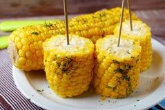 甜玉米用黄油和草本 免版税库存照片
