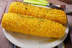 甜玉米用黄油和草本 库存图片