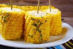甜玉米用黄油和草本 库存照片