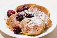甜玉米薄煎饼在板材,特写镜头的早餐 库存图片