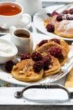 甜玉米薄煎饼用莓果和焦糖调味,垂直 免版税库存图片