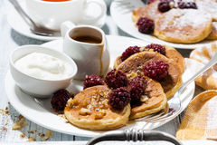 甜玉米薄煎饼用莓果和焦糖调味,特写镜头 免版税图库摄影