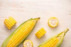 甜玉米 在玉米棒的新鲜的玉米在木桌上 库存照片