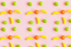 甜玩具的食物样式以果子,香蕉,柠檬,桔子,抽象桃红色背景的形式 图库摄影