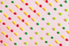 甜玩具的食物样式以果子,香蕉,柠檬,桔子,抽象桃红色背景的形式 免版税库存照片