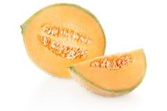 甜瓜半瓜和切片与种子在白色 库存图片