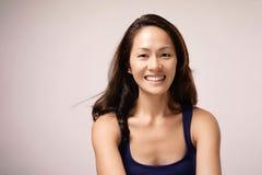 甜甜地微笑亚裔中国的女孩 库存图片