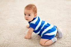 甜矮小的亚裔男婴 库存照片