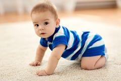甜矮小的亚裔男婴 库存图片
