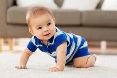 甜矮小的亚裔男婴 免版税图库摄影