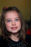 甜矮小的深色的女孩 免版税图库摄影