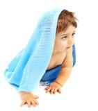 甜矮小的男婴包括蓝色毛巾 免版税库存照片