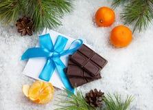 甜礼物和信件与弓从圣诞老人 库存图片