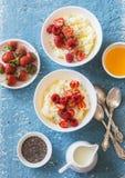 甜米粥用在轻的背景,顶视图的莓果 健康的早餐 免版税库存照片