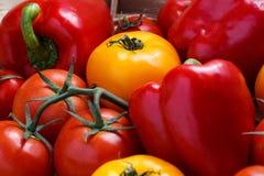 甜红辣椒和黄色蕃茄的构成 免版税图库摄影