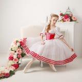 甜芭蕾舞女演员调直她的裙子 库存照片