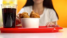 甜苏打饮料和酥脆薯条在盘子在便当咖啡馆,肥腻膳食 免版税库存图片