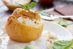 甜苹果用凝乳在烤箱烘烤了 免版税库存图片