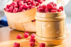 甜莓在桌上的一家木银行中 免版税库存图片
