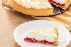 甜莓果馅饼用红色野生莓果 库存图片