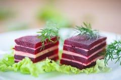 甜菜和乳酪开胃菜在莴苣叶子 免版税图库摄影