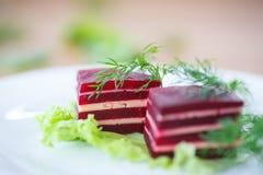 甜菜和乳酪开胃菜在莴苣叶子 库存照片