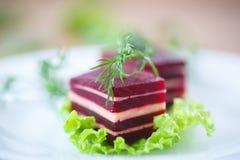 甜菜和乳酪开胃菜在莴苣叶子 免版税库存图片