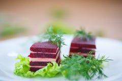 甜菜和乳酪开胃菜在莴苣叶子 免版税库存照片