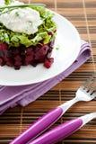 甜菜和芝麻菜简单的沙拉  免版税库存图片