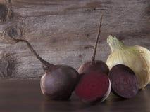 甜菜和葱木表面上 免版税图库摄影
