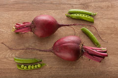 甜菜和豌豆荚在木头 库存照片