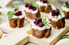 甜菜山羊乳干酪芝麻菜核桃蜂蜜crostini 库存图片