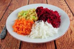 甜菜根、白萝卜、红萝卜和苹果沙拉 免版税库存照片