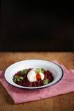 甜菜根大麦面筋自由的意大利煨饭用在上面的一个荷包蛋 库存图片