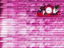甜菜根木背景时钟装饰 免版税库存图片