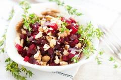 甜菜根沙拉和螺母,健康食物 免版税图库摄影