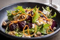 甜菜根沙拉用希脂乳核桃和红萝卜 库存照片