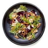 甜菜根沙拉用希脂乳核桃和红萝卜 免版税库存图片