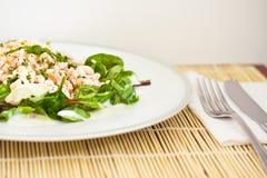 甜菜根菠菜和大虾,健康沙拉 库存图片
