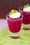 甜菜根,甜菜奶油色沙拉,奶油甜点用在小玻璃的鸡蛋 免版税库存照片