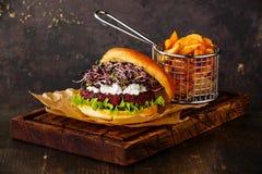 甜菜汉堡用软干酪、萝卜新芽和土豆楔子 图库摄影