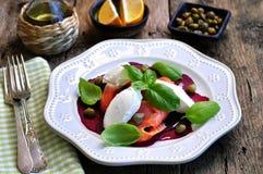 甜菜沙拉、软干酪和熏制鲑鱼用雀跃和橄榄油 库存照片